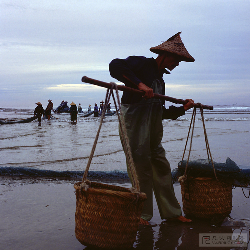 渔民准备将鱼挑往市场
